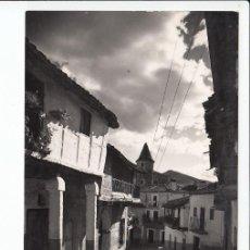 Postales: MONASTERIO DE GUADALUPE (CÁCERES).- LA TÍPICA CALLE REAL, CON TORREONES DEL MONASTERIO AL FONDO. Lote 235833105