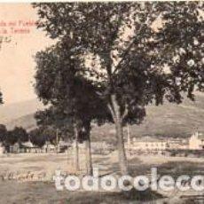 Postales: POSTAL HERVÁS (CÁCERES) ENTRADA AL PUEBLO POR LA CALLE DE LA TENERÍA - SELLO DESPRENDIDO. Lote 243148460