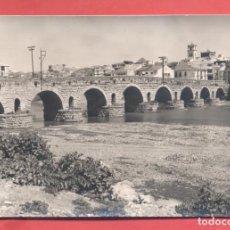 Postales: MERIDA (BADAJOZ) 1001 PUENTE ROMANO, EDICIONES ARRIBAS, CIRCULADA 1964, VER FOTOS. Lote 258861475