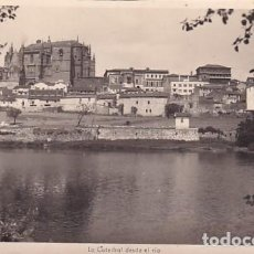 Postales: PLASENCIA 1 LA CATEDRAL DESDE EL RIO. MATASELLO EDC LIB CERVANTES. SIN CIRCULAR. ESCRITA EN 1950. Lote 261551450