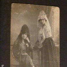 Postales: CACERES RETRATO DE CHICAS DE ALBALA CON MANTILLA FOTO JAVIER FOTOGRAFO 1920. Lote 275880613