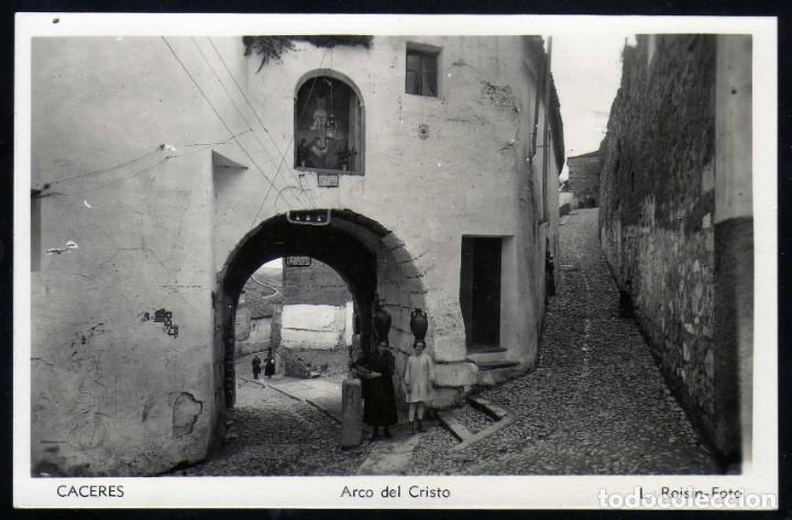 BONITA POSTAL DE CACERES FOTOGRAFICA ARCO DE CRISTO AÑOS 50 MUJERES PORTANDO JARRAS (Postales - España - Extremadura Antigua (hasta 1939))