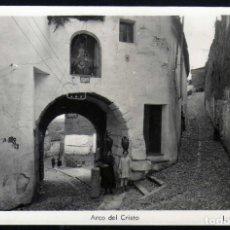 Postales: BONITA POSTAL DE CACERES FOTOGRAFICA ARCO DE CRISTO AÑOS 50 MUJERES PORTANDO JARRAS. Lote 288388213