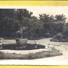 Postales: BADAJOZ 45 PARQUE DE SAN ROQUE. UN RINCON, ED.ARRIBAS VARIEDAD REVERSO,DENTADA,CIRCULADA 1956. Lote 296774883
