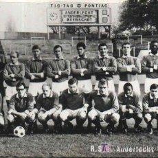 Coleccionismo deportivo: ANTIGUA POSTAL EQUIPO DE FUTBOL R.S.C. ANDERLECHT 1966 - 1967. AL DORSO PUBLICIDAD RELOJ PONTIAC. Lote 111940102