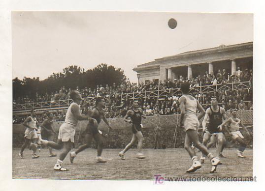FOTOGRAFÍA UN MOMENTO DEL PARTIDO FINAL DEL CAMPEONATO DE ESPAÑA DE BALONCESTO, MONTJUICH. 1935. (Coleccionismo Deportivo - Postales de Deportes - Fútbol)