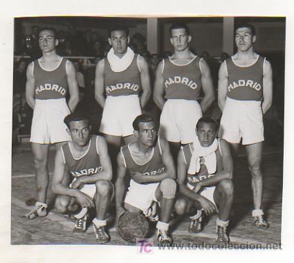 FOTOGRAFÍA DE LOS JUGADORES DE BALONCESTO DEL EQUIPO CASTELLANO. PARTIDO CASTILLA - CATALUNYA. 1935. (Coleccionismo Deportivo - Postales de Deportes - Fútbol)