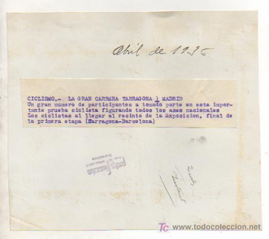 Coleccionismo deportivo: FOTOGRAFÍA ORIGINAL. CICLISMO. GRAN CARRERA TARRAGONA - MADRID. FINAL DE LA 1ª ETAPA HASTA BARCELONA - Foto 2 - 15647022