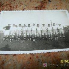 Coleccionismo deportivo: ANTIGUA FOTOGRAFÍA ( 6. X 8.5 CM.) .-DESCONOZCO QUE EQUIPO DE FUTBOL ES. Lote 18501987