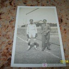 Coleccionismo deportivo: ANTIGUA FOTOGRAFÍA ( 13.5 X 8.5 CM.) .-JUGADOR DE FUTBOL DESCONOZCO QUIEN ES -LAB. FOT. A. SÁNCHEZ-. Lote 18502400