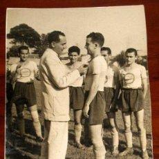 Coleccionismo deportivo: ANTIGUA FOTOGRAFIA DE LA IMPOSICION DE LA MEDALLA AL MERITO DEPORTIVO AL JUGADOR DE FUTBOL JOSE REYE. Lote 22185080