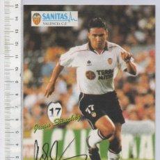 Coleccionismo deportivo: TARJETA TIPO POSTAL DE FUTBOL VALENCIA C.F. JUGADOR JUAN SANCHEZ TERRA MITICA SANITAS. Lote 254873340