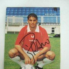 Coleccionismo deportivo: POSTAL FOTO FIRMADA - BRAVO - JUGADOR DE FUTBOL - UMBRO - . Lote 31229081