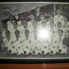 Coleccionismo deportivo: FOTO - CARTEL DEL VALENCIA C.F. 1965-66 CON LOS AUTOGRAFOS IMPRESOS. Lote 269469458