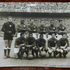 Coleccionismo deportivo: ANTIGUA FOTOGRAFIA ORIGINAL DEL EQUIPO NACIONAL DE FUTBOL DE PORTUGAL, EN EL ESTADIO CHAMARTIN DE MA. Lote 32112331