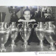 Coleccionismo deportivo: GIGANTE FOTOGRAFIA ORIGINAL DE GENTO, REAL MADRID CLUB DE FUTBOL, CON LAS 5 COPAS DE EUROPA, FOTO AL. Lote 32327893