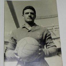 Coleccionismo deportivo: GIGANTE FOTOGRAFIA ORIGINAL DEL PORTERO ARAQUISTAIN, REAL MADRID CLUB DE FUTBOL, EL PORTERO DE LA. Lote 32327977