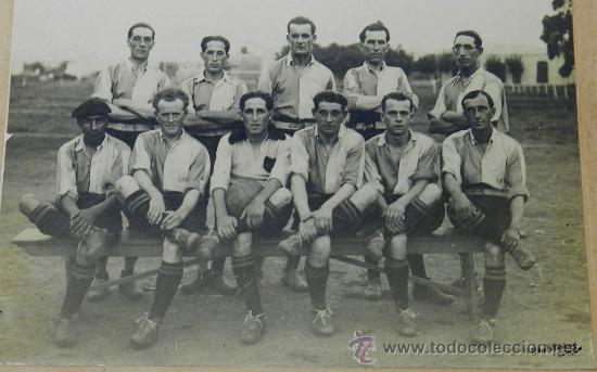 ANTIGUA FOTOGRAFIA ALBUMINA DEL CLUB BELLA VISTA DE URUGUAY, SE VE AL CAPITAN DE URUGUAY, CAPEON MUN (Coleccionismo Deportivo - Postales de Deportes - Fútbol)