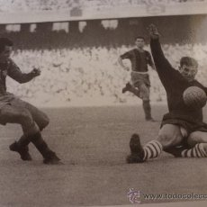 Coleccionismo deportivo: FOTO EVARISTO (1957-1962)-F.C.BARCELONA-(18 X 24 CM)-FICHA PAPEL POSTAL GRAN ÀLBUM BARÇA.. Lote 38404019