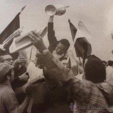 Coleccionismo deportivo: FOTO LA COPA DE BUCKINGHAM 1971-F.C.BARCELONA-(18 X 24 CM)-FICHA PAPEL POSTAL GRAN ÀLBUM BARÇA. Lote 38408179