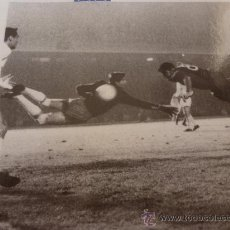 Coleccionismo deportivo: FOTO EL GOL DE EVARISTO 1960-F.C.BARCELONA-(18 X 24 CM)-FICHA PAPEL POSTAL GRAN ÀLBUM BARÇA.. Lote 38408427