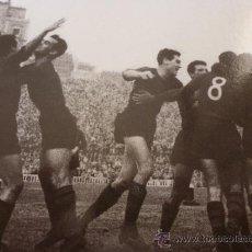 Coleccionismo deportivo: FOTO GOL EN LAS CORTS-F.C.BARCELONA-(18 X 24 CM)-FICHA PAPEL POSTAL GRAN ÀLBUM BARÇA.. Lote 38408826