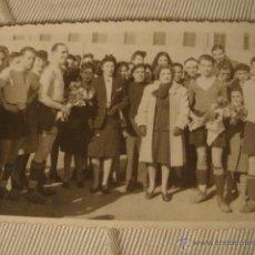 Coleccionismo deportivo: ANTIGUA FOTOGRAFIA EQUIPO DE FUTBOL FECHADA 13 FEBRERO 1944 PARTIDO TEATRO COMPAÑIA ESPINOSA. Lote 42187258
