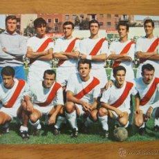 Coleccionismo deportivo: POSTAL DE FUTBOL CON EL EQUIPO DEL RAYO VALLECANO - MUY BUEN ESTADO - 1968. Lote 42676716