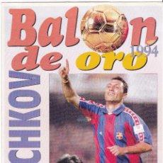 Coleccionismo deportivo: PIN Y LÁMINA DE STOICHKOV, BALÓN DE ORO, BARÇA, DIARIO DEPORTIVO SPORT. 1994. Lote 52407432
