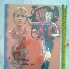 Coleccionismo deportivo: TUBAL POSTAL JORDI CRUYFF DEDICADA Y FIRMADA 34X24 CMS EQUIPACION FC BARCELONA C2. Lote 56987324