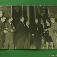 Coleccionismo deportivo: RARISIMA FOTOGRAFIA FRANCO BALON PLATA A LUIS SUAREZ Y LUIS DEL SOL REAL MADRID. Lote 62328816