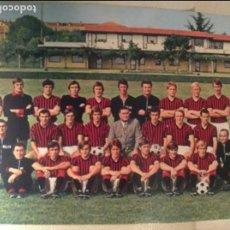Coleccionismo deportivo: POSTAL FOTOGRAFÍA ORIGINAL DEL AC MILÁN, FÚTBOL, AÑOS 60-70. PERFECTO ESTADO.. Lote 64723383