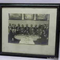 Coleccionismo deportivo: FOTOGRAFIA DE SOCIOS DEL ATLETICO DE BILBAO, COMIDA DE PEÑA, FOTOGRAFIA EN LA PARED DE 1930 (ATLETIC. Lote 65032803