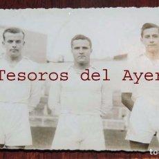 Coleccionismo deportivo: FOTOGRAFIA DE JUGADORES DE FUTBOL REAL MADRID, POSIBLEMENTE LOS HNOS REGUERIO, ESTADIO FUTBOL CHAMAR. Lote 69994533