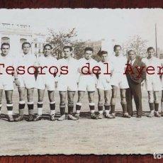 Coleccionismo deportivo: FOTOGRAFIA DE JUGADORES DE FUTBOL REAL MADRID, PARECEN JUVENILES, ESTADIO FUTBOL CHAMARTIN, ODONELL,. Lote 69996809
