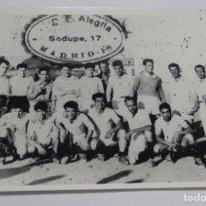 Coleccionismo deportivo: FOTOGRAFIA DEL CLUB DE FUTBOL ALEGRIA, DEL POZO DEL TIO RAIMUNDO, VALLECAS, ESTA FOTOGRAFIA ES UNA A. Lote 75684439