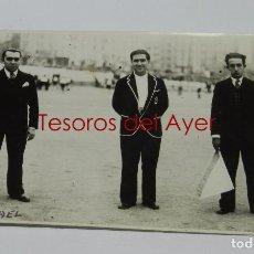 Coleccionismo deportivo: FOTOGRAFIA DE ARBITROS DE FUTBOL EN ESTADIO SITUADO EN MADRID, AÑOS 20 - 30, POSIBLEMENTE EN EL ESTA. Lote 83880888