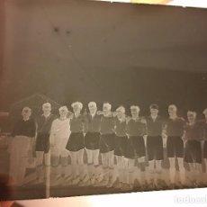 Coleccionismo deportivo: ANTIGUO NEGATIVO EN CRISTAL FOTOGRAFIA FUTBOL FUTBOLISTAS, AÑOS 20. Lote 86292156