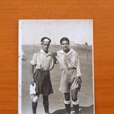 Coleccionismo deportivo: FOTO, TARJETA POSTAL UNIÓN UNIVERSAL DE CORREOS DE LOS AÑOS 40/50 - JUGADORES DE FÚTBOL, TAMAÑO 14X9. Lote 98964235