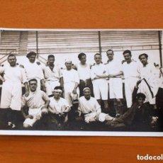 Coleccionismo deportivo: FOTO, TARJETA POSTAL DE LOS AÑOS 40/50 - EQUIPO DE FÚTBOL, TAMAÑO 9X14. Lote 98964391