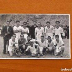 Coleccionismo deportivo: FOTO, TARJETA POSTAL DE LOS AÑOS 40/50 - EQUIPO DE FÚTBOL, TAMAÑO 9X14. Lote 98964607