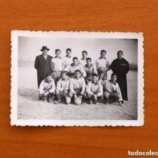 Coleccionismo deportivo: FOTO DE LOS AÑOS 40/50 - EQUIPO DE FÚTBOL DE JOVENES FUTBOLISTAS Y SU ENTRENADOR, TAMAÑO 6X8'5. Lote 98965259