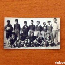 Coleccionismo deportivo: FOTO DE LOS AÑOS 40/50 - EQUIPO DE FÚTBOL DE JOVENES FUTBOLISTAS Y SU ENTRENADOR, TAMAÑO 4X7. Lote 98965531