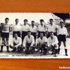 Coleccionismo deportivo: FOTO DE EQUIPO DE FÚTBOL AÑO 1955 - ESTADIO DE VALLECAS, MADRID - TAMAÑO 9X14. Lote 98969619