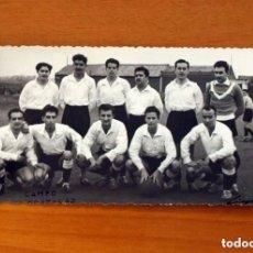 Coleccionismo deportivo: FOTO DE EQUIPO DE FÚTBOL AÑOS 50 - CAMPO DE MORATARAZ, MADRID - TAMAÑO 8X14. Lote 98971995