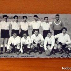Coleccionismo deportivo: FOTO DE EQUIPO DE FÚTBOL AÑOS 50 - CAMPO DE EL MADRILEÑO - TAMAÑO 8X14. Lote 98972183