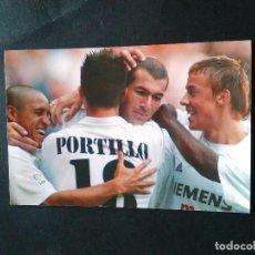 Coleccionismo deportivo: FOTO POSTAL REAL MADRID - JUGADORES CELEBRANDO UN GOL (ZIDANE, PORTILLO, GUTI, ROBERTO CARLOS...). Lote 102558087