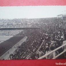 Collezionismo sportivo: SANTIAGO BERNABÉU ESTADIO CHAMARTIN FONDO SUR LATERAL POSTAL FÚTBOL REAL MADRID AÑOS '60. Lote 104371783