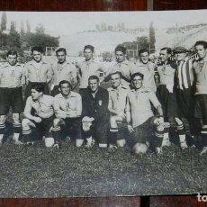 Coleccionismo deportivo: FOTO POSTAL DE LA SELECCION DE LA REGION DE MADRID, ANTES DEL ENCUENTRO FRENTE A LA SELECCION CATALA. Lote 108915435