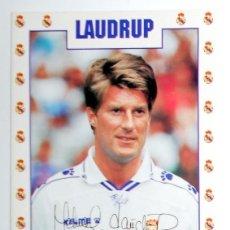 Coleccionismo deportivo: POSTAL ANTIGUA FUTBOL AÑO 1995 - LAUDRUP - REAL MADRID - FASE GMG - SIN CIRCULAR - AUTOGRAFO. Lote 112925655